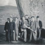 Scoláirí gaeltachta ag Cloch Mhór Léim an tSionnaigh.